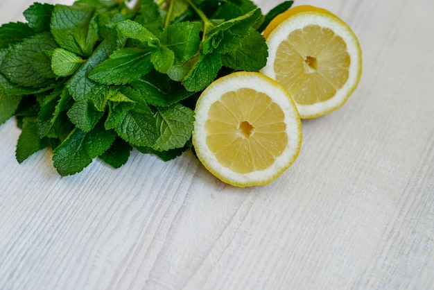 Foglie di menta e limone succosi freschi Foto Premium