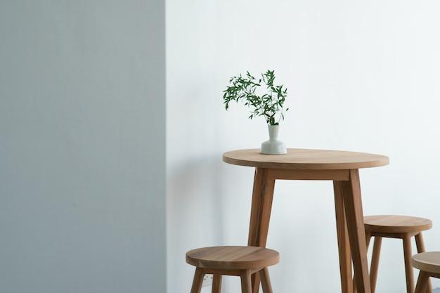 Foglie di pianta verde per la decorazione d'interni in un vaso e collocato sul tavolo. Foto Premium