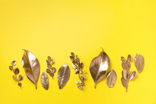 Foglie dorate. vista dall'alto. Foto Premium