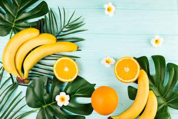Foglie tropicali e mix di frutta fresca Foto Gratuite