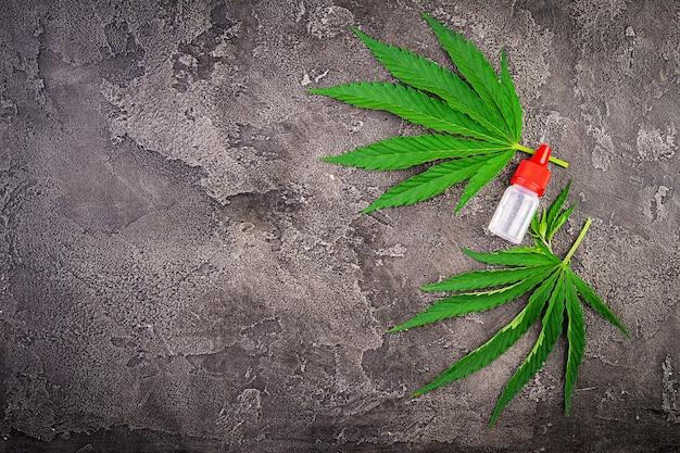 Foglie verdi di cannabis con olio di canapa. vista dall'alto. Foto Premium