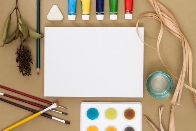 Foglio di carta circondato da forniture di disegno Foto Gratuite