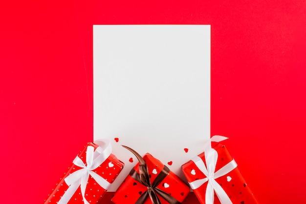Foglio di carta e regali di san valentino in rosso Foto Gratuite