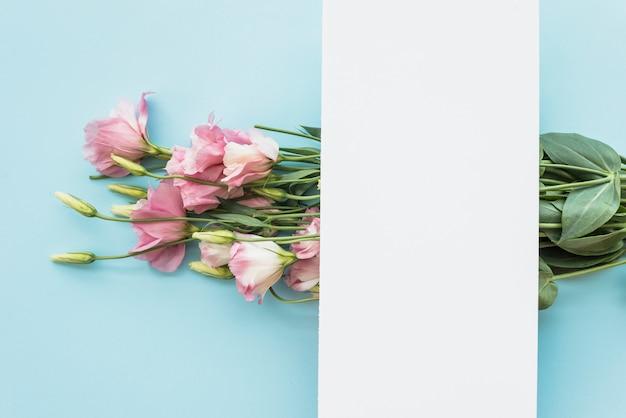 Foglio di carta sul bouquet elegante Foto Gratuite