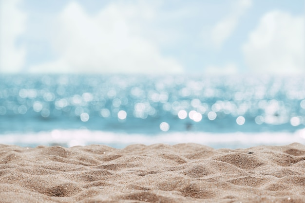 Fondo astratto della spiaggia di vista sul mare. sfocatura bokeh luce del mare calmo e cielo. Foto Premium