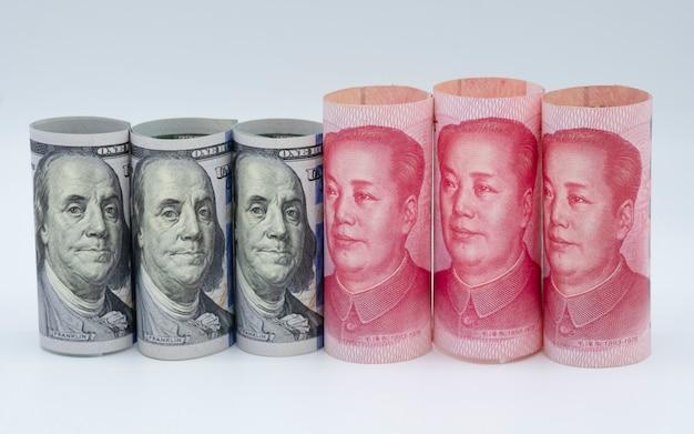 Fondo bianco della banconota dello yuan della cina e del dollaro americano. è un simbolo Foto Premium