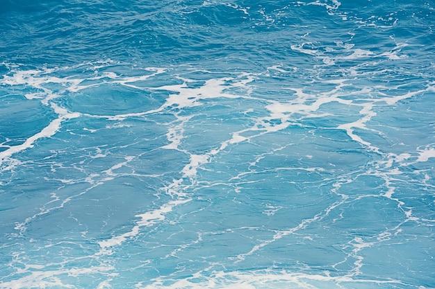 Fondo blu naturale dell'acqua superficiale del mare Foto Premium
