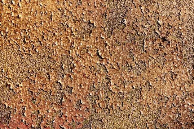 Fondo brillante di struttura di scintillio dell'oro di vecchio metallo arrugginito con pittura incrinata. Foto Premium