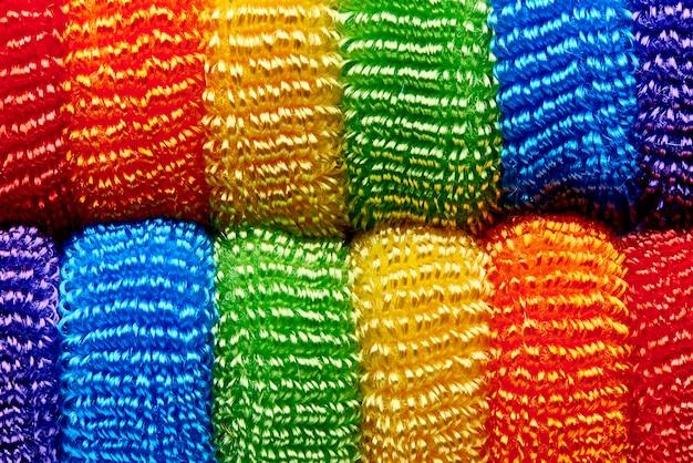 Fondo dal primo piano molle multicolore luminoso dei nastri. Foto Premium