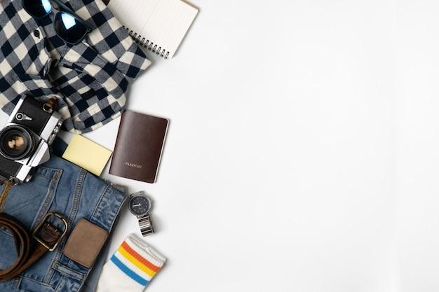 Fondo degli accessori di viaggio fondo di viaggio oggetto piano di disposizione. Foto Premium