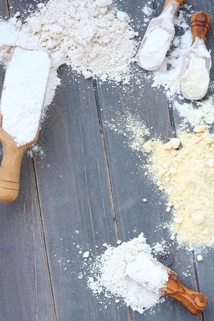 Fondo di cottura con farina senza glutine - farina di riso, miglio, avena e ceci. visto dall'alto Foto Premium