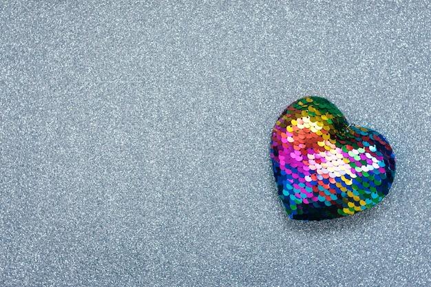 Fondo di giorno di biglietti di s. valentino, modello con un cuore dell'arcobaleno di lgbt sul fondo brillante d'argento di scintillio. san valentino, amore, romanticismo, incontri concetto, copia spazio Foto Premium