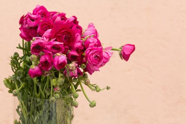 Fondo di giorno di madri con le rose rosa, spazio della copia Foto Premium