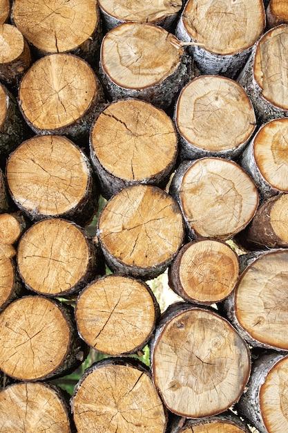 Fondo di legno segato naturale impilato mucchio dei ceppi Foto Premium