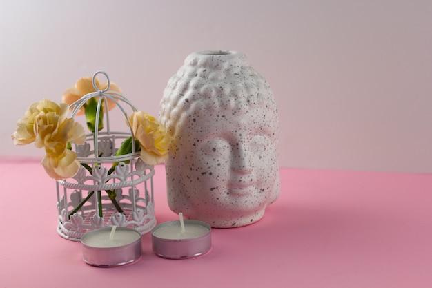 Fondo di rosa della testa di buddha della figurina ceramica bianca Foto Premium