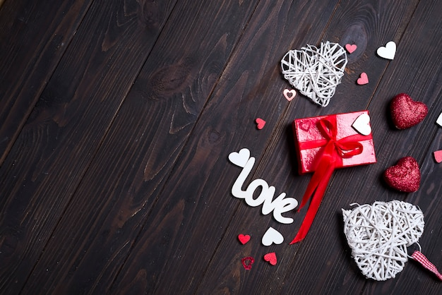 Fondo di san valentino con lettere d'amore e forme di cuore. Foto Premium