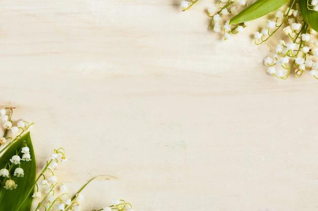 Fondo in legno chiaro fiori mughetti Foto Premium