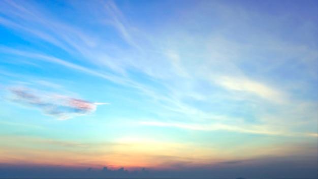Fondo vago di alba, luce di primo mattino. Foto Premium