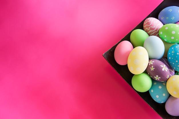 Fondo variopinto dipinto delle uova di pasqua - concetto del fondo di celebrazione di festa di pasqua Foto Gratuite