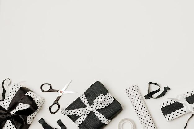 Forbice; carta presente e design avvolta nella parte inferiore dello sfondo Foto Gratuite