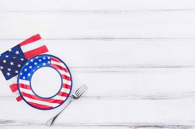 Forcella e tovagliolo di piatto con la bandiera americana Foto Gratuite
