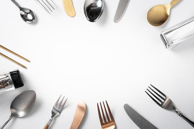 Forchetta cucchiaio coltello su sfondo bianco con copia spazio banner menu Foto Premium