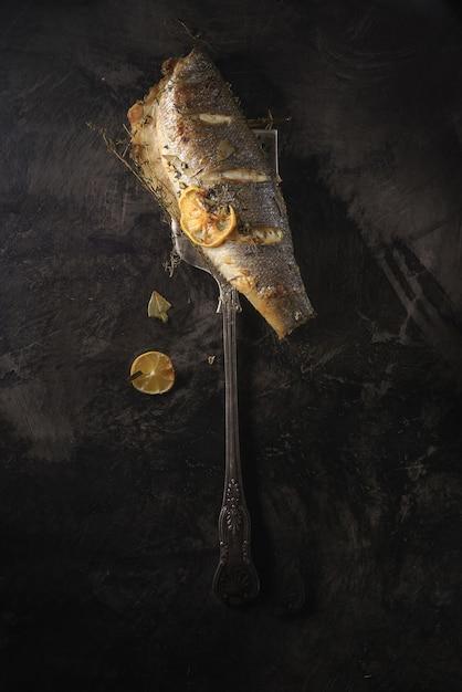 Forchetta in acciaio inossidabile accanto a pesce crudo Foto Gratuite