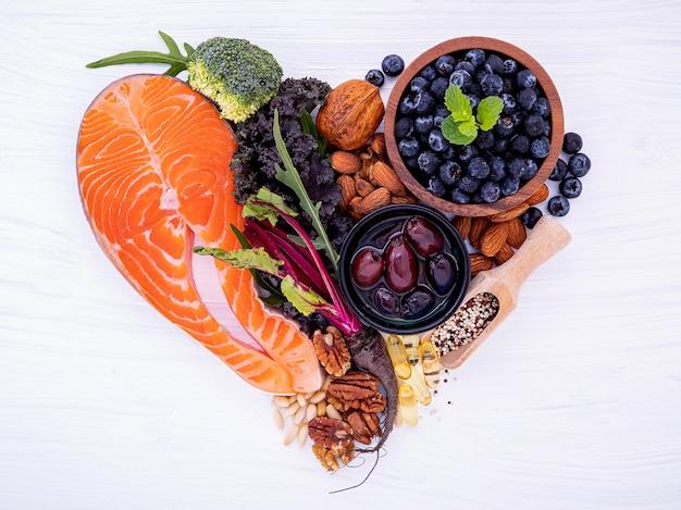 Forma del cuore del concetto chetogenico di dieta dei carboidrati bassi. Foto Premium