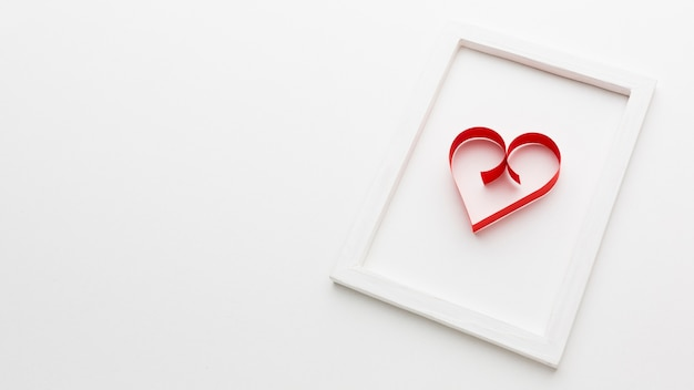 Forma di cuore di carta sul telaio con spazio di copia Foto Gratuite