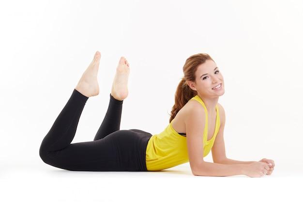 Forma fisica di esercizi dei pilates della donna isolata Foto Premium