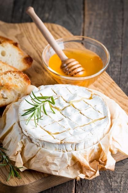Formaggio camembert al forno Foto Premium