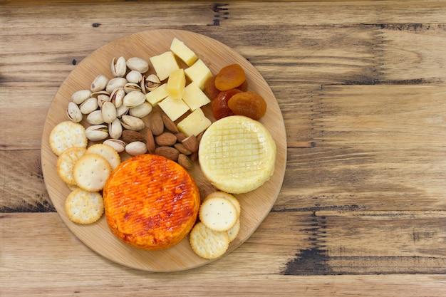 Formaggio con noci e biscotti Foto Premium