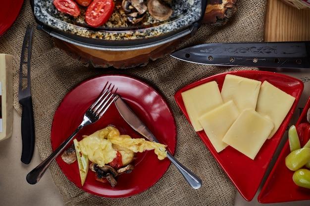 Formaggio da raclette fuso con patate e carne. vista dall'alto. Foto Premium