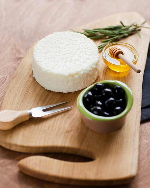 Formaggio delizioso primo piano con olive Foto Gratuite
