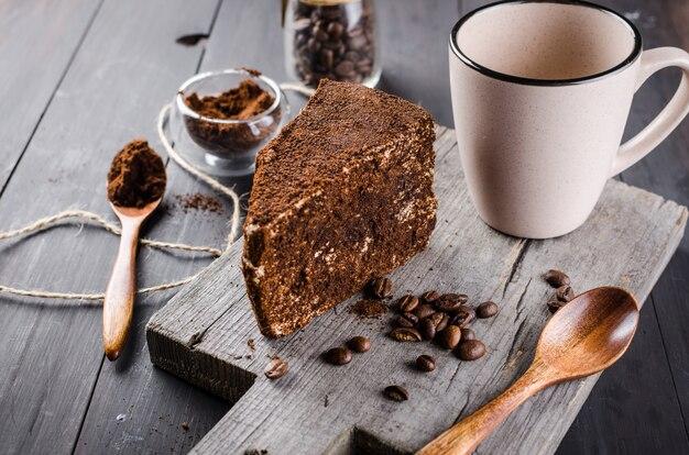Formaggio nel caffè macinato e una tazza di cappuccino Foto Premium