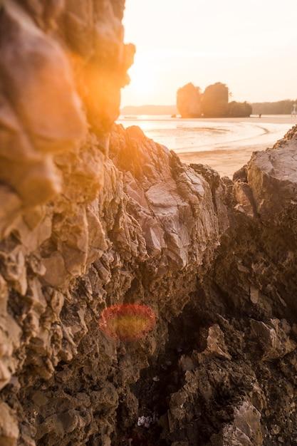 Formazione rocciosa sulla spiaggia idilliaca Foto Gratuite