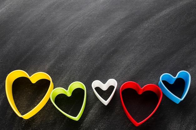 Forme di cuore colorato con spazio di copia Foto Gratuite