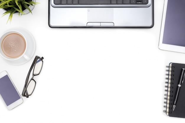 Scrivania Vintage Bianca : Forniture per ufficio con computer notebook su scrivania bianca