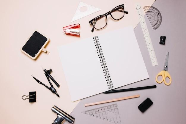 Forniture Per Ufficio : Forniture per ufficio intorno al notebook scaricare foto gratis