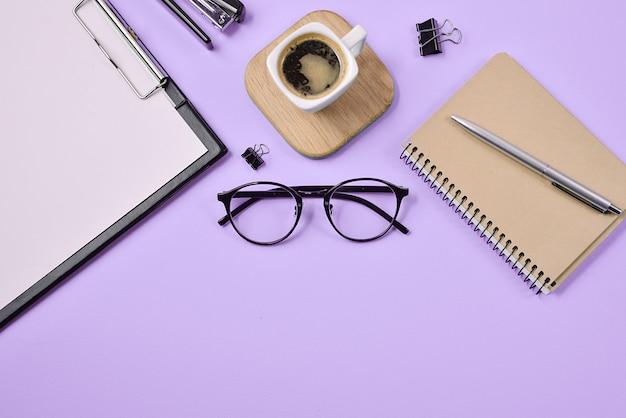 Forniture per ufficio, penna, tazza di caffè, blocco note, cucitrice Foto Premium