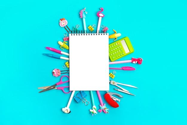 Forniture per ufficio su blu ritorno a scuola Foto Premium
