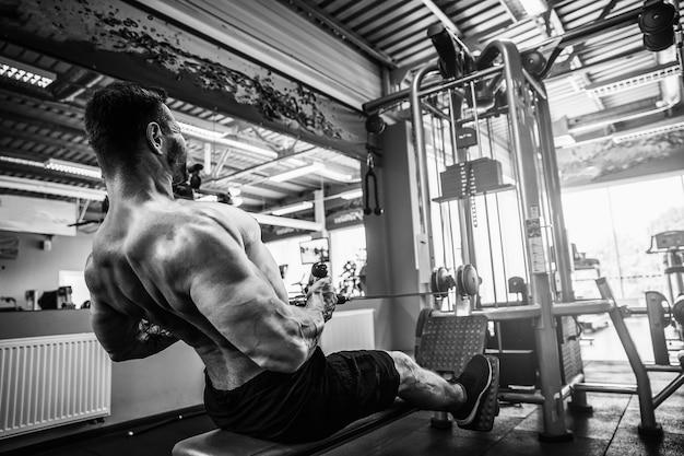 Forte allenamento del bodybuilder in palestra Foto Premium