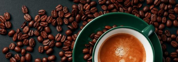 Forte caffè nero in una tazza di colore verde smeraldo su uno sfondo nero opaco Foto Premium