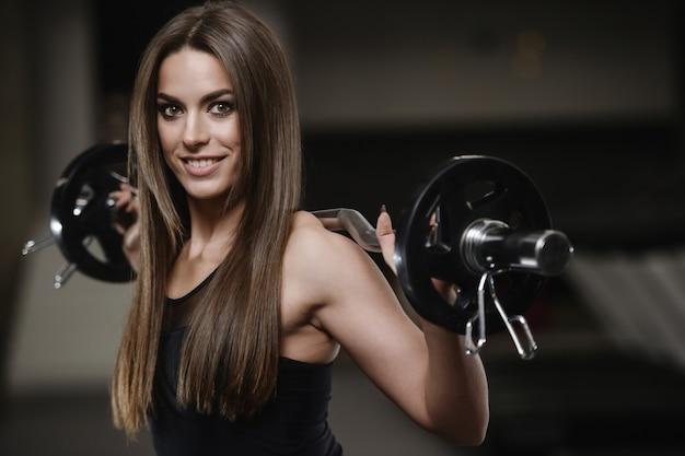 Forte ragazza atletica che risolve in palestra Foto Premium
