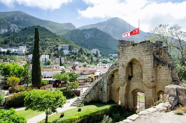 Fortezza dell'abbazia di bellapais a cipro del nord Foto Premium
