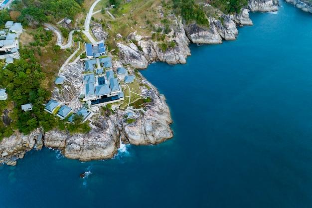 Foto aerea di vista dell'uccello del fuco della villa moderna sulla stazione balneare della montagna Foto Premium