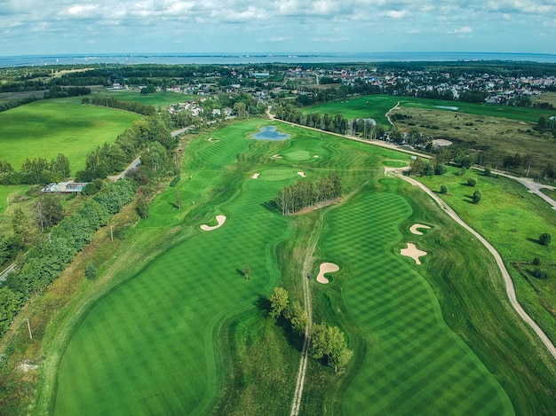 Foto aeree di golf club, prati verdi, boschi, tosaerba Foto Premium