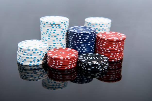 Foto astratta del casinò. gioco di poker su sfondo rosso. tema del gioco d'azzardo. Foto Premium