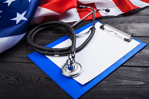 Foto del primo piano della bandiera onmerican di usa dello stetoscopio Foto Premium