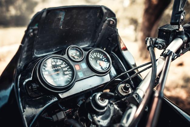 Foto del primo piano della motocicletta fuori strada all'aperto Foto Premium